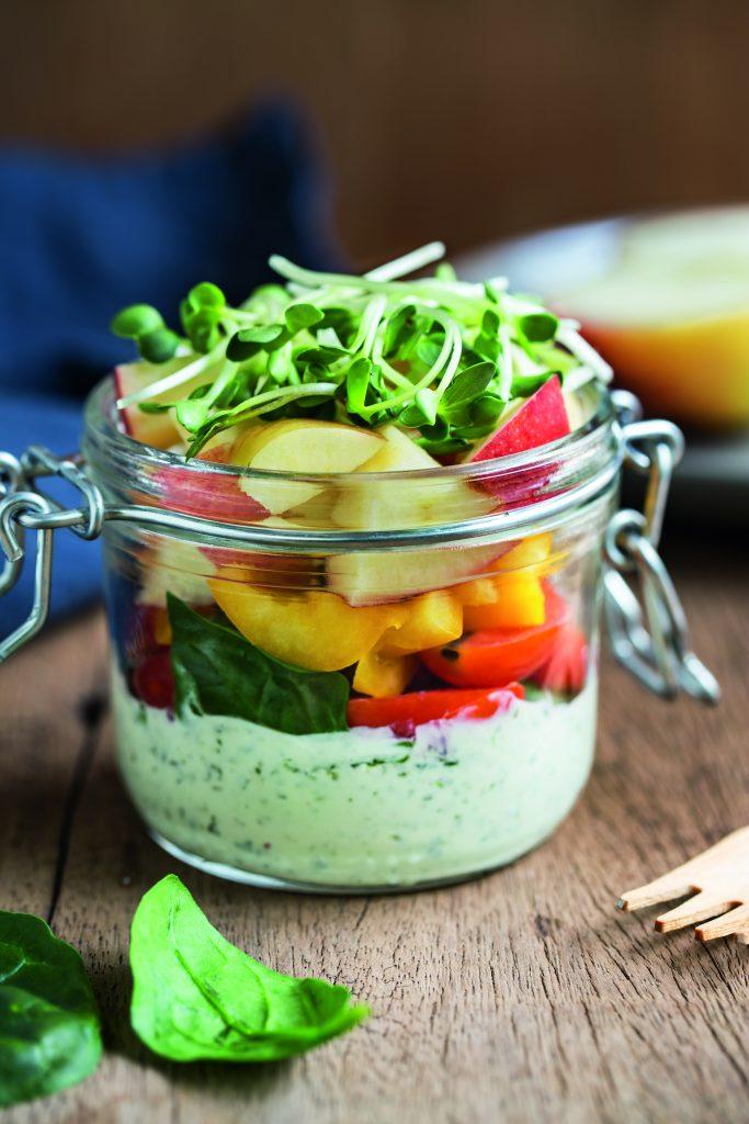 Salat mit Dressing im Einmachglas