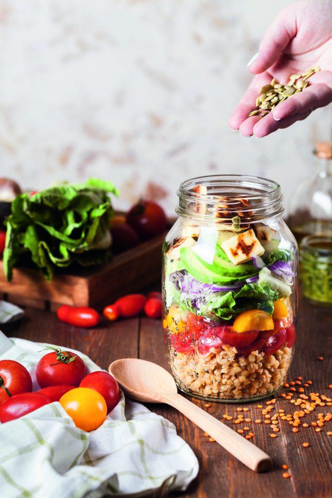 DIY-Heiße Tasse: Bulgur, Gemüse und Tofu geschichtet in einem Glas
