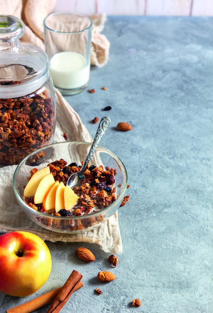 Müsli mit Äpfelspalten und frischer Milch