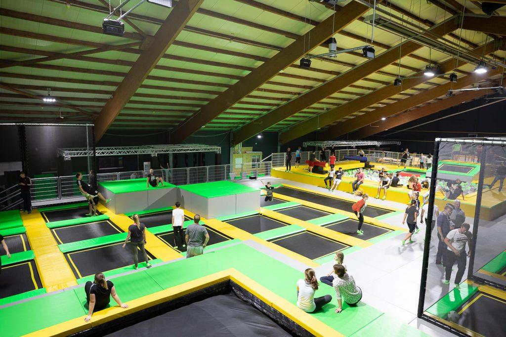 Trampolinpark in einer großen Halle