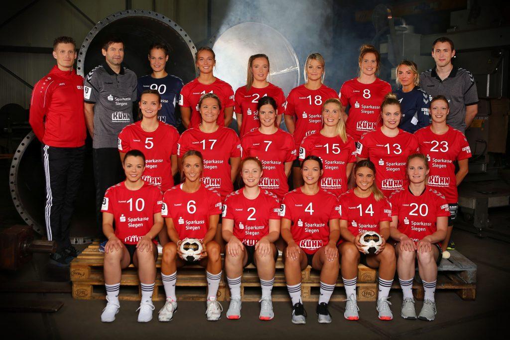 Klassisches Mannschaftsbild einer Handball-Damenmannschaft mit roten Trikots