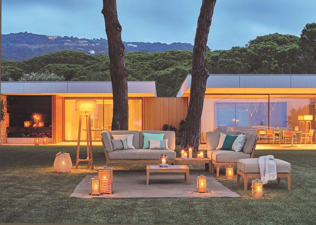 Mediterraner Garten mit Loungemöbeln und atmosphärischer Beleuchtung
