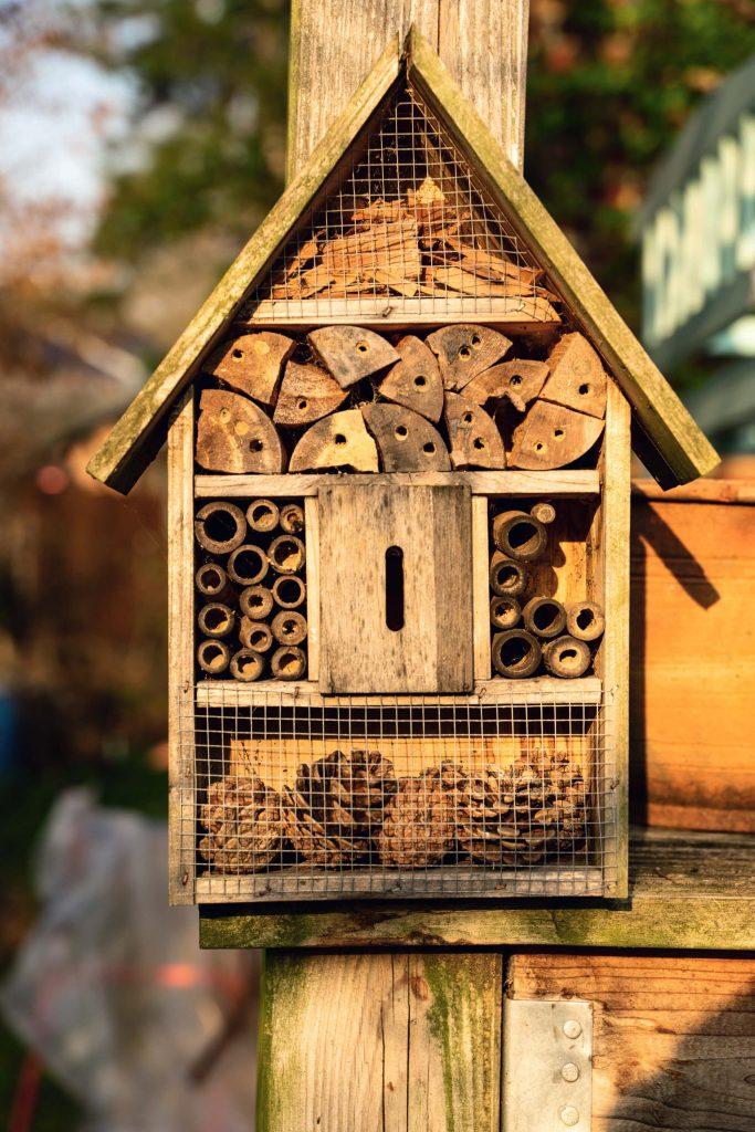 Insektenhotel aus natürlichen Materialien für tierische Bewohner