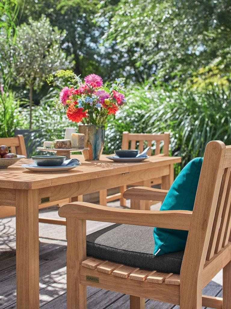 Holztisch mit passenden Stüphlen mitten im Grünen