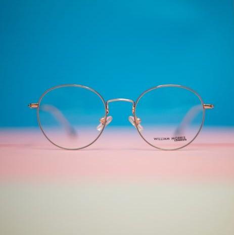 Runde Brille mit filigranem Metallrahmen in Gold