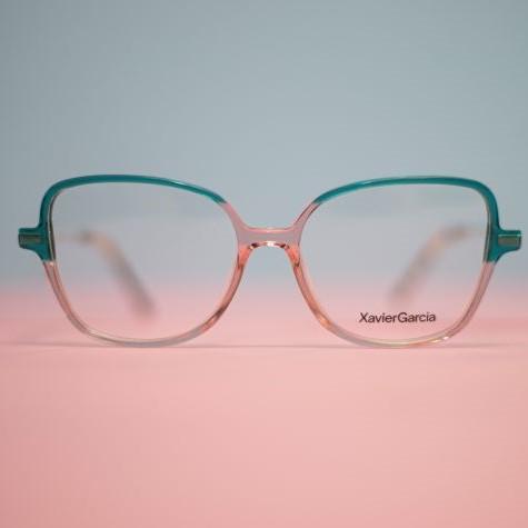 Brille mit Gestell aus transparentem Kunststoff in Türkis und Rosa